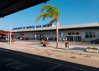 Parada de taxi en la puerta del Aeropuerto de San Javier-Murcia