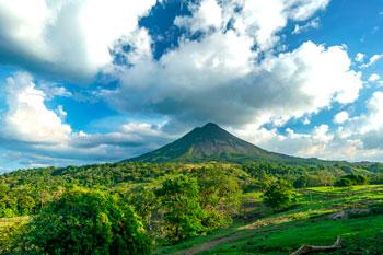 Vistas de la selva tropical bajo el Volcán Arenal en Costa Rica