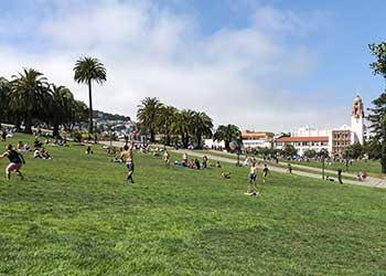 Gente haciendo picnic en Dolores Park, San Francisco
