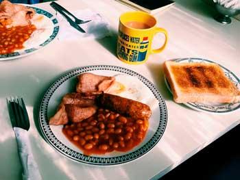 Desayunos típicos: Beans y bacon en el Reino Unido.