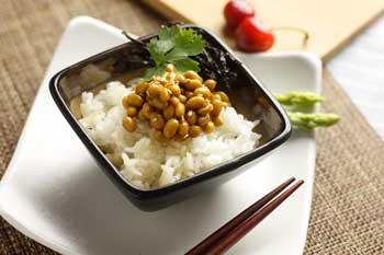 Desayunos típicos: natto con arroz en Japón